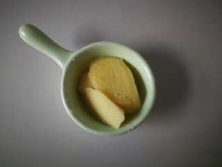 #圆土豆#红烧鸭腿炖土豆,老姜切片。