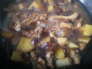 #圆土豆#红烧鸭腿炖土豆,煮开,放土豆,在加适量盐。