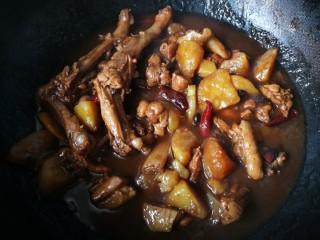 #圆土豆#红烧鸭腿炖土豆,中火炖30分钟左右几乎差不多了。