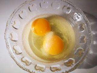 #感恩节食谱#尖椒鸡蛋,两枚鸡蛋,加适量盐。