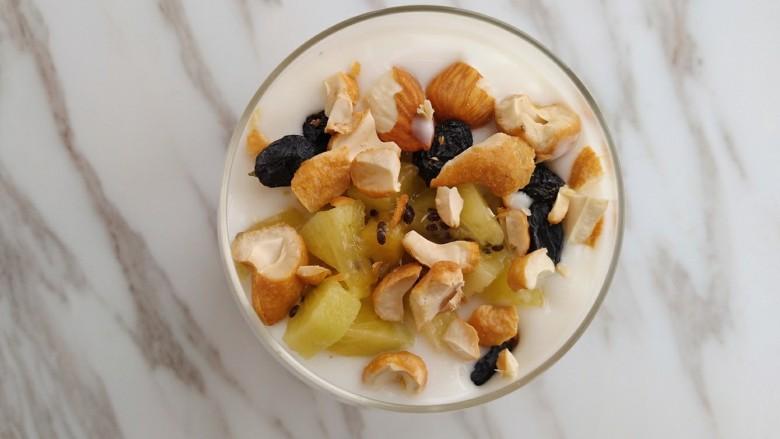 奇异果香蕉思慕雪,直接撒在酸奶上面就好了