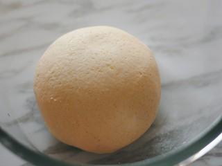 梨子造型粗粮馒头,除食用油外的所有材料放入盆中,揉成光滑的面团。