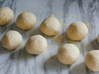 梨子造型粗粮馒头,平均分成10个剂子。