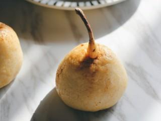梨子造型粗粮馒头,开火,上大气后蒸15分钟,关火后焖5分钟再开锅盖。用棉签沾甜面酱,装饰梨子表面,插上梨子梗,会更逼真。