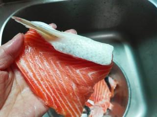 粉嘟嘟~椒盐三文鱼骨,用刀刮去三文鱼骨边上的鱼鳞
