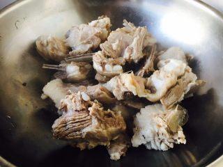 #感恩节食谱# 锅仔萝卜羊排,把羊排放在另外一口锅里。
