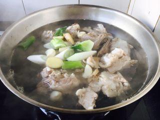 #感恩节食谱# 锅仔萝卜羊排,放入葱姜蒜。