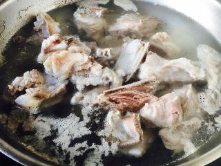 #感恩节食谱# 锅仔萝卜羊排,水开后出现油沫子,用小勺把它撇出去。
