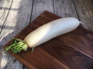 #感恩节食谱# 锅仔萝卜羊排,准备白萝卜一棵。