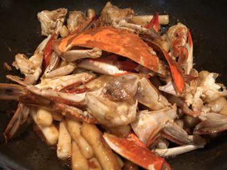 梭子蟹炒年糕,这一步只要翻炒至梭子蟹和年糕都上色就好了