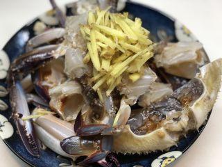 梭子蟹炒年糕,放入姜丝
