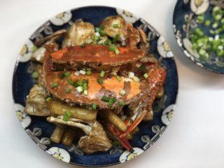 梭子蟹炒年糕,起锅装盘,撒上葱花(或起锅前加入一起翻炒几下会更香)