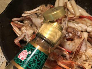 梭子蟹炒年糕,加入生抽,量按各家的口味来调节