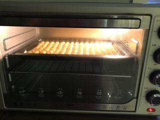 红薯小馒头,把烤盘放在预热好的烤箱里,上下火160W烤28分钟