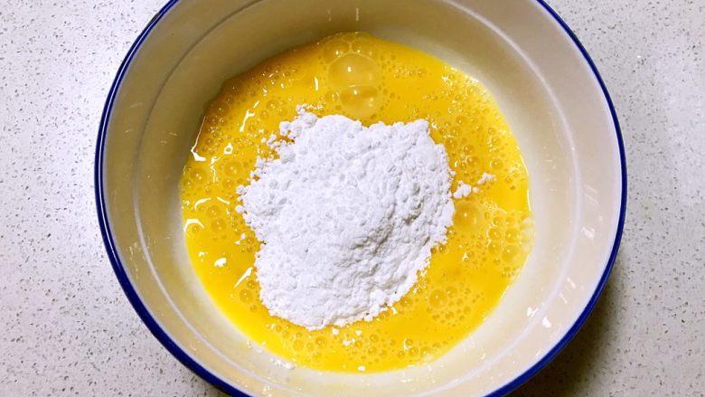 红薯小馒头,鸡蛋打入碗中,筛入糖粉