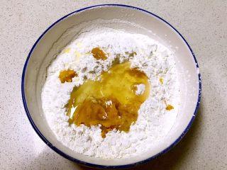 红薯小馒头,加入玉米油,调匀
