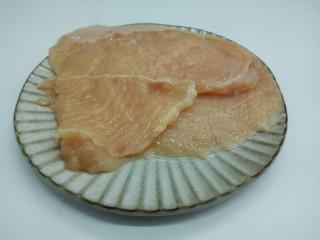 脆皮鸡饭,用刀背轻轻拍打,使其肉质松软,也便于入味