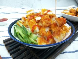 脆皮鸡饭,黄瓜切丝,放少许点缀,淋上番茄酱