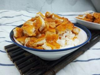 脆皮鸡饭,米饭一碗,铺上切好的鸡排