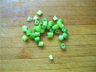 油泼萝卜丝,将小葱切碎粒。