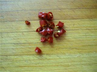 油泼萝卜丝,干红椒切粒。