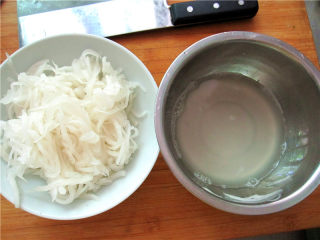 油泼萝卜丝,将腌好的萝卜丝挤出水分,新鲜的萝卜真不少出水呀。
