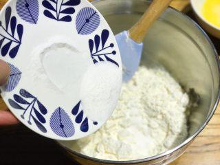 披萨模具也能做的酥皮苹果派,稍微搅拌后,加入12g白砂糖