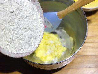 披萨模具也能做的酥皮苹果派,黄油软化后,倒入175g面粉,面粉可过筛,也可以直接倒入的
