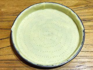 披萨模具也能做的酥皮苹果派,用叉子在盘底面皮上均匀的印出小排气孔