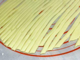 披萨模具也能做的酥皮苹果派,剩余的三分之二面团,擀成薄厚均匀的面皮(稍微擀大一点),切成均匀粗细的细长条