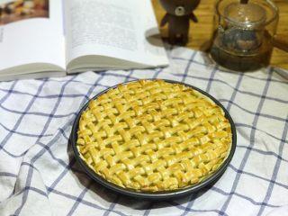 披萨模具也能做的酥皮苹果派,出炉啦,色泽均匀,派皮酥脆,而苹果馅则散发着浓郁的果香