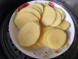 圆土豆  土豆丸子,将土豆切薄片,放蒸锅蒸熟。