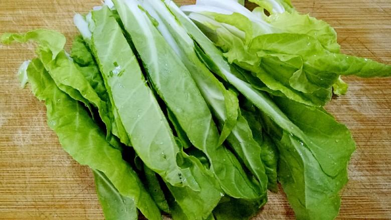 清汤芋圆,小白菜叶子洗净,处理成合适大小。