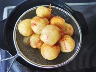 圆土豆  土豆丸子,捞出沥油。