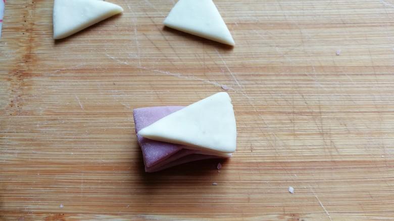 迷你双色花卷,一直叠加到8片,即左边紫色4片,右边白色4片;
