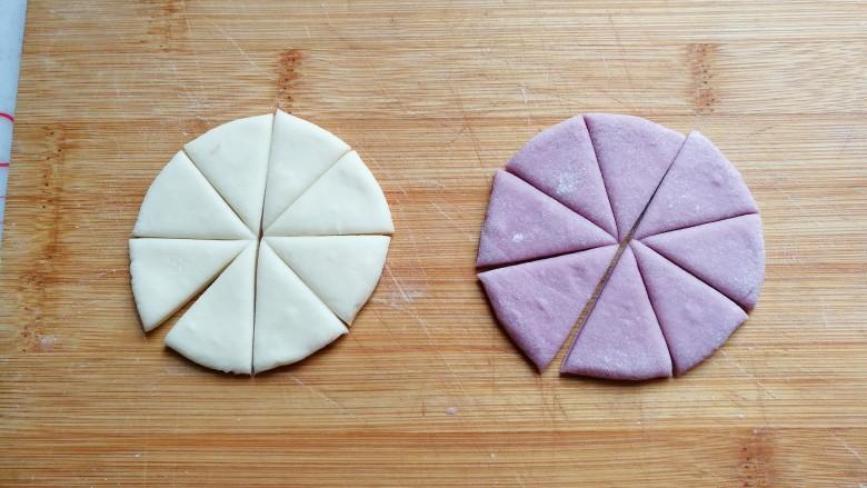 """迷你双色花卷,然后把圆面片切上""""米""""字花刀,得到8块小三角形面片;"""