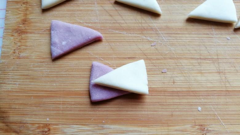 迷你双色花卷,接着紫色一片,白色一片交叉着叠加起来;