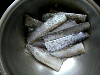 快手红烧带鱼,带鱼段解冻