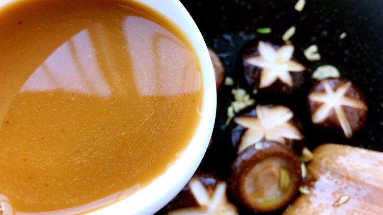 香菇油菜 ,翻炒一会,倒入提前调好的汤汁