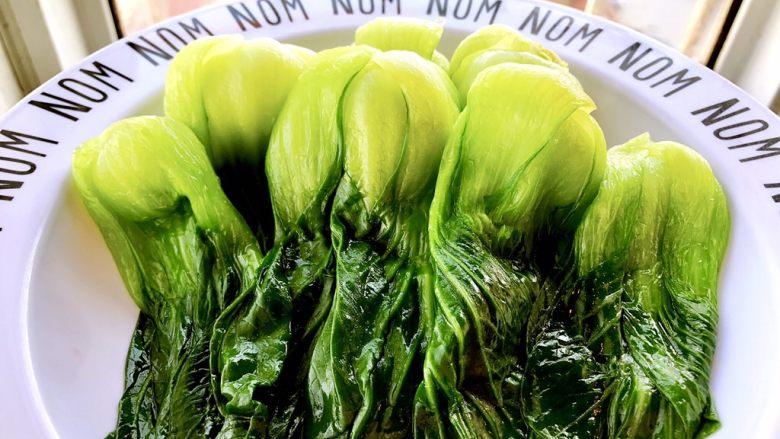 香菇油菜 ,然后码在盘子里备用