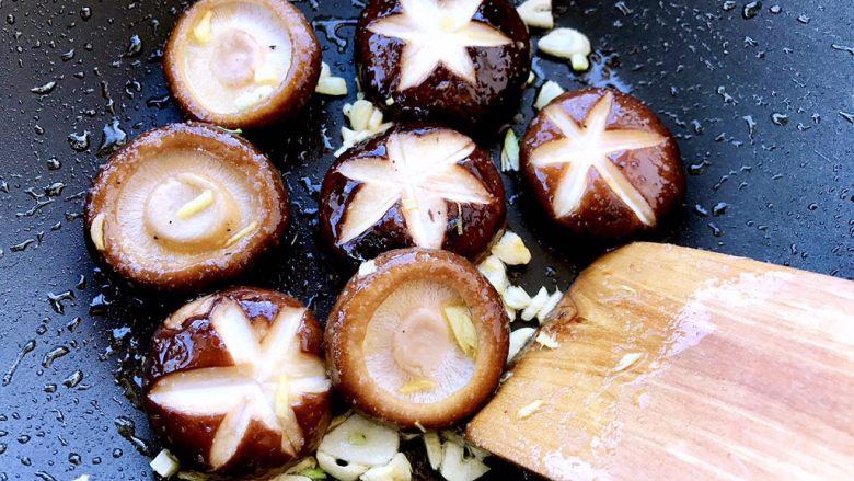 香菇油菜 ,再加少许盐翻炒均匀
