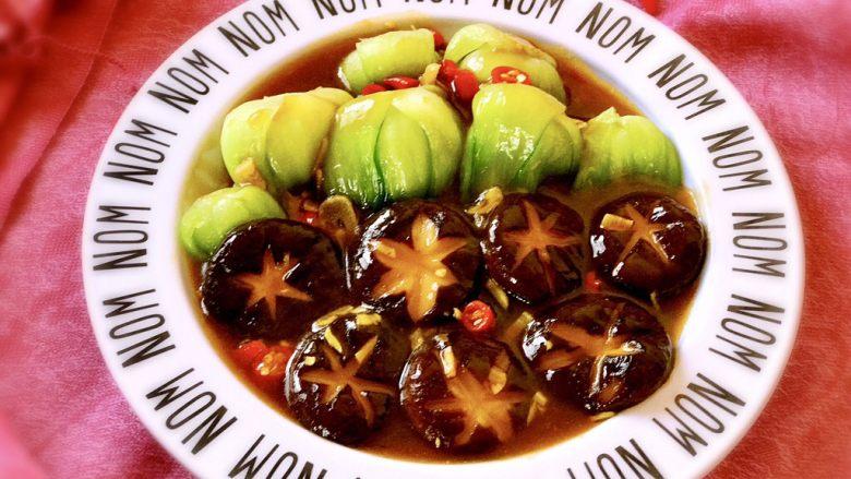 香菇油菜 ,然后连同汤汁一起倒入装油菜的盘子里