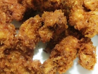酥的掉渣的炸鸡,蘸淀粉后蘸蛋液,再蘸淀粉后,炸制熟透,控油