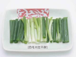 板栗鸡,葱洗净切段备用;