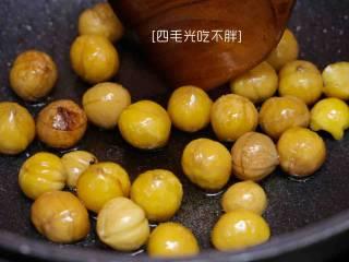 板栗鸡, 锅中放油,七成热时放入板栗炒到表面变色后捞出备用;