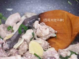 板栗鸡,热油至七成,倒入鸡块和葱姜蒜一起翻炒至鸡皮微焦;