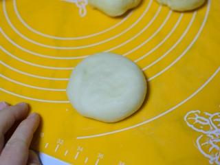 椰蓉小面包,用手按扁