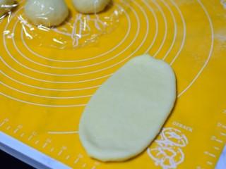椰蓉小面包,擀成长条状