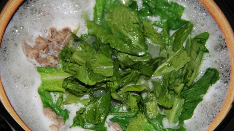 小白菜羊肉粉丝汤,再次煮沸后加入小白菜。