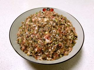 芽菜猪肉馅包子,充分调匀,芽菜猪肉馅调好了备用